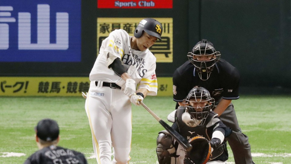 Hawks punish Marines' mistakes, move 1 game from Japan Series