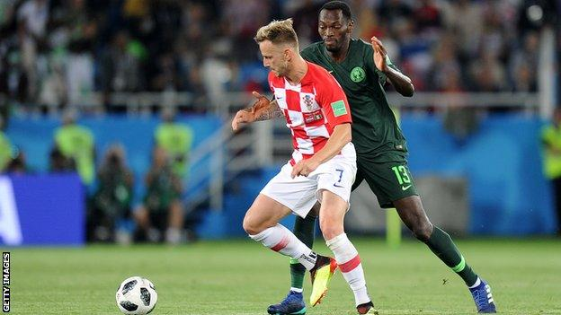 Nigeria's Simy (right) battles for the ball with Croatia's Ivan Rakitic at the 2018 World Cup
